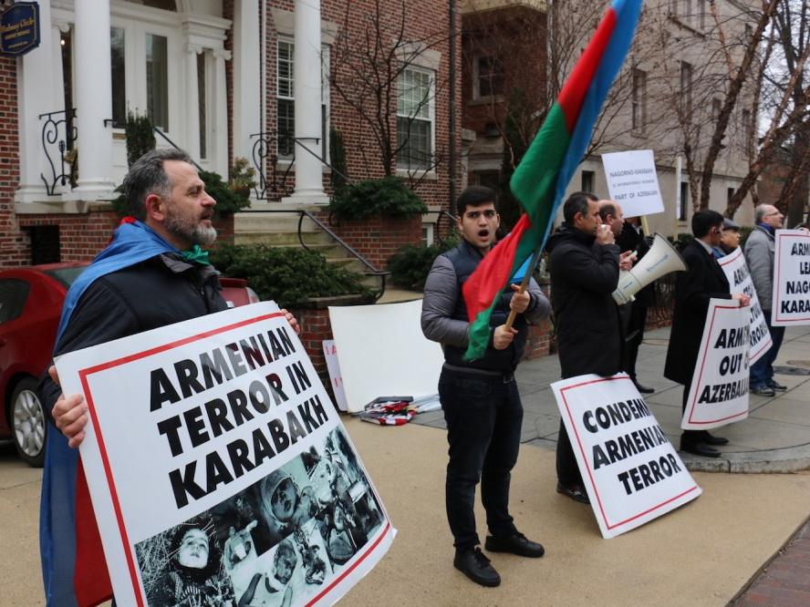 В связи с годовщиной Ходжалинского геноцида перед посольством Армении в Вашингтоне состоялась акция протеста – ФОТО