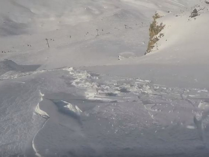 Сноубордист снял на видео спуск во время лавины - ВИДЕО