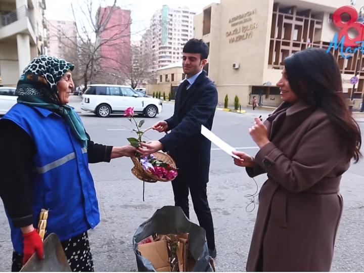 В Баку поздравили с 8 марта женщин, подметающих улицы – ВИДЕО