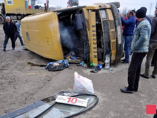 В Азербайджане перевернулся микроавтобус, есть пострадавшие - ФОТО