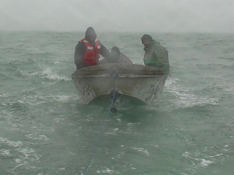 Азербайджанские пограничники во время шторма спасли на Каспии тонущих рыбаков – ФОТО