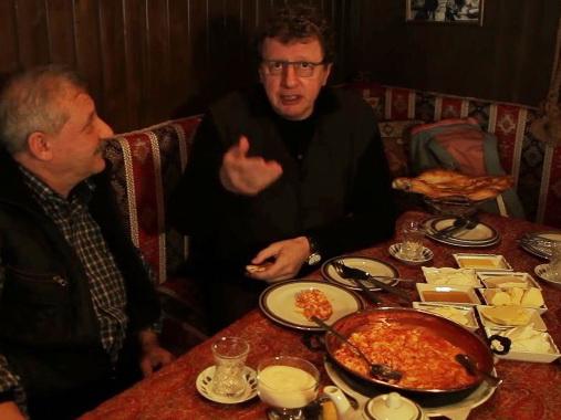 Михаил Ширвиндт в восторге от бакинской яичницы с помидорами и тендира – ВИДЕО