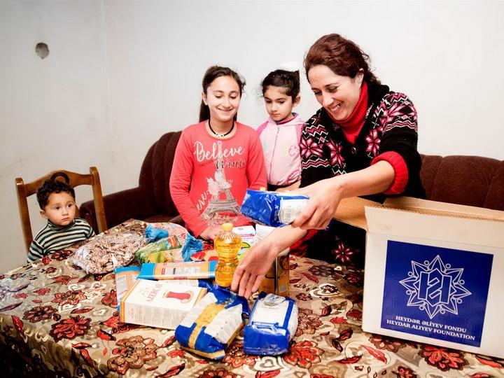 Фонд Гейдара Алиева в канун Новруза раздает подарки малообеспеченным семьям – ФОТО