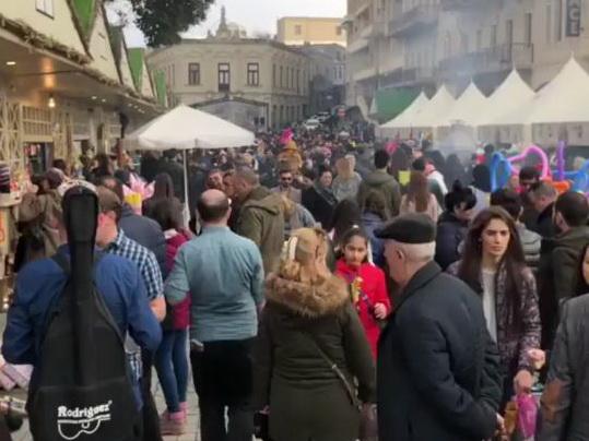 «Море туристов»: множество иностранцев приехали в Баку на празднование Новруз Байрамы – ФОТО