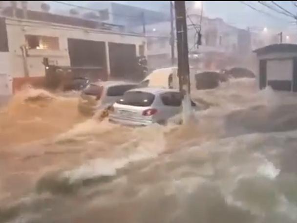 Сильный ливень накрыл бразильский город Сан-Паулу, три человека погибли - ВИДЕО