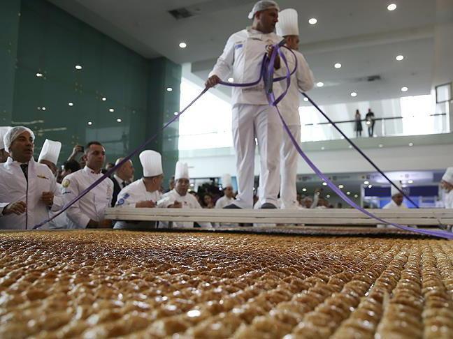 В Анкаре приготовили самую большую в мире пахлаву - ФОТО