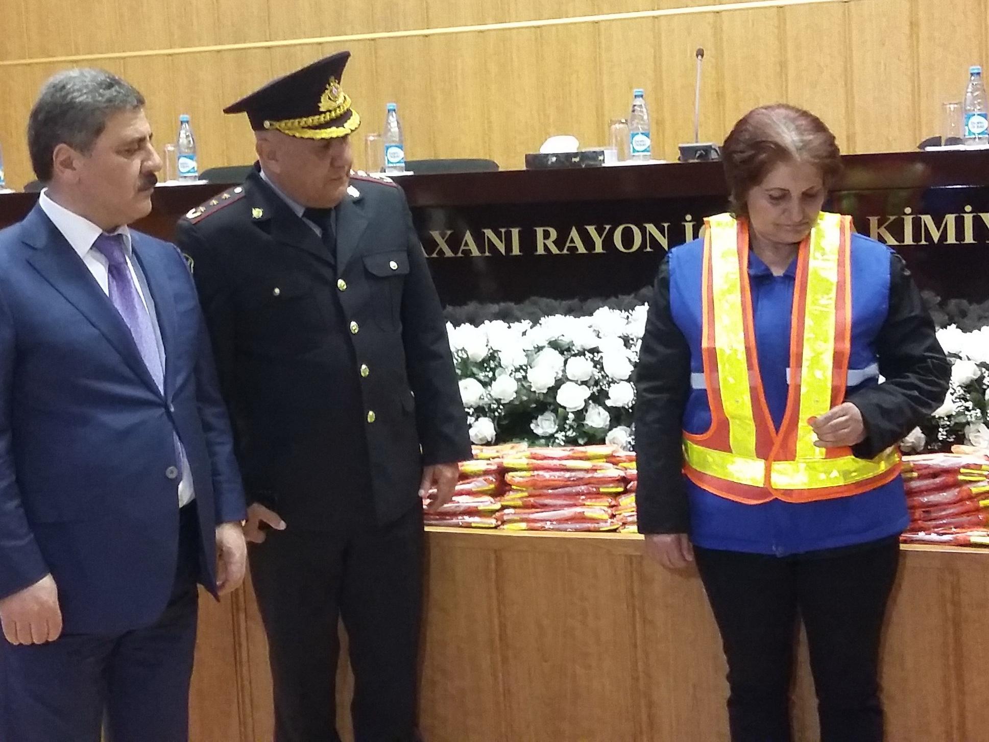 Дорожная полиция раздала сотрудницам коммунальных служб Баку светящиеся жилеты – ФОТО