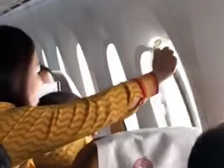 В самолете Air India во время полета треснуло стекло иллюминатора - ВИДЕО