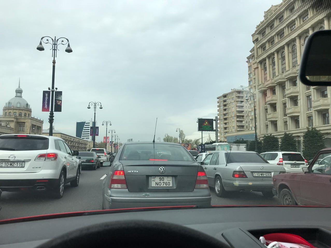 Вдобавок к пробкам в столице парализовано движение и на трассе Баку-Аэропорт – ФОТО – ВИДЕО – ОБНОВЛЕНО