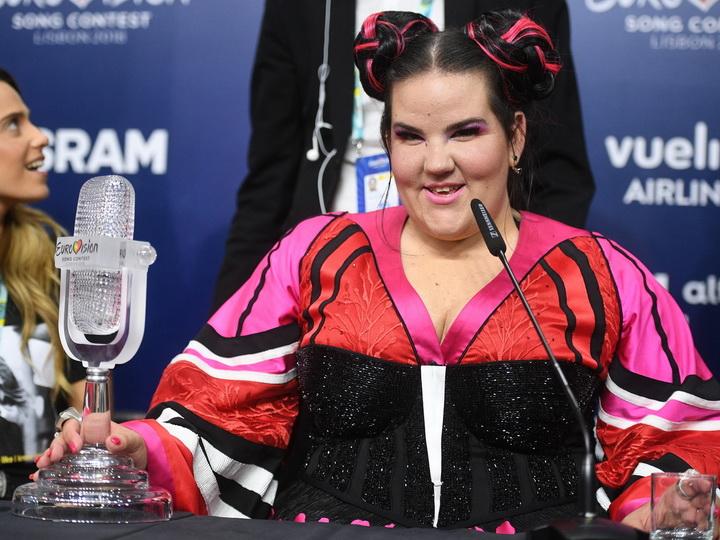 Победительница Евровидения упала с лестницы, приветствуя поклонников – ВИДЕО