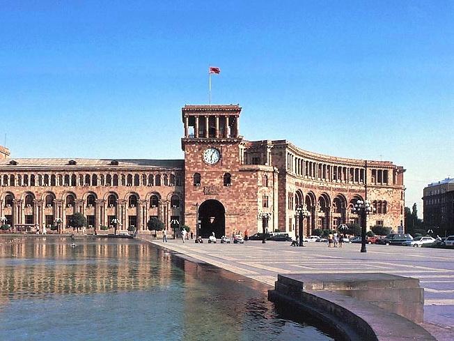 Участники акции протеста перекрыли крупную улицу в Ереване