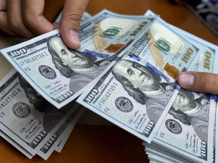 Оглашен средневзвешенный курс маната к доллару США