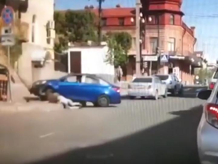 В России разъяренный муж сбил на машине жену после ссоры – ВИДЕО