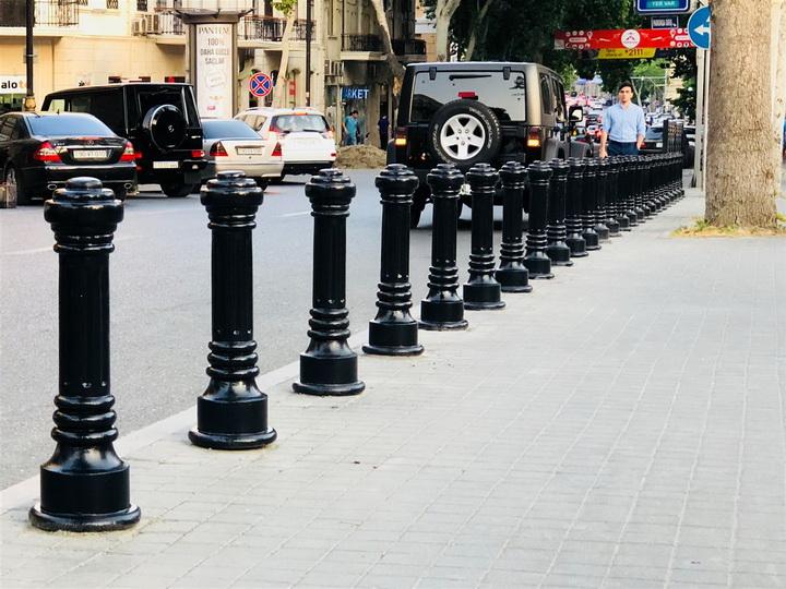 В Баку начали кардинально бороться с незаконной парковкой на тротуарах – ФОТО