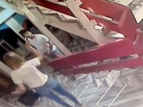 В Турции девушка, не выдержав разлуки с возлюбленным, изрезала себя ножом у него на глазах – ВИДЕО - ФОТО