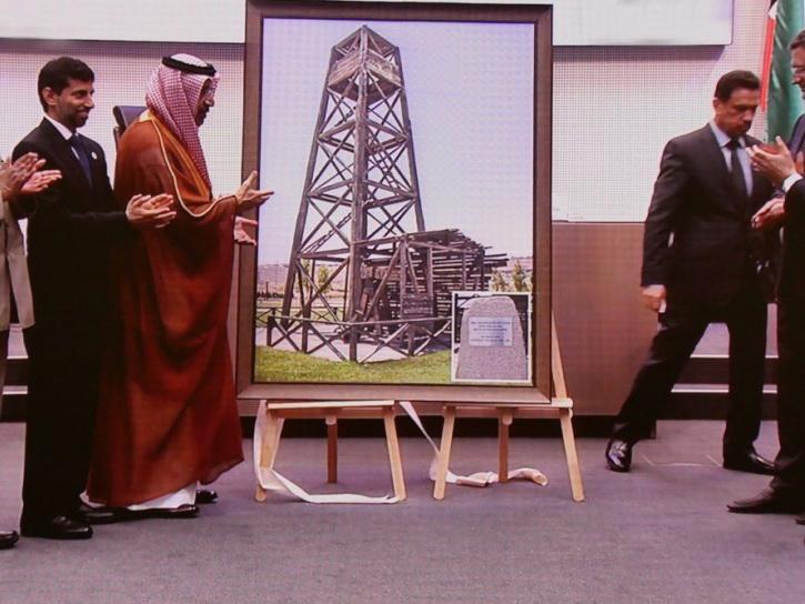 Азербайджанская делегация подарила ОПЕК картину с изображением нефтяной вышки на Бибиэйбат - ФОТО