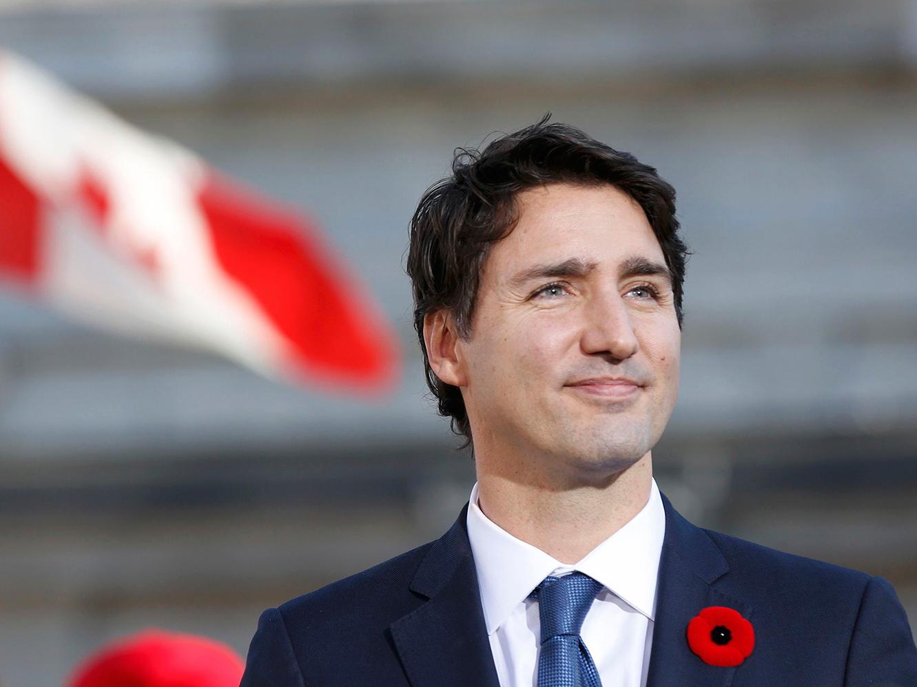 Премьер-министра Канады оштрафовали за очки