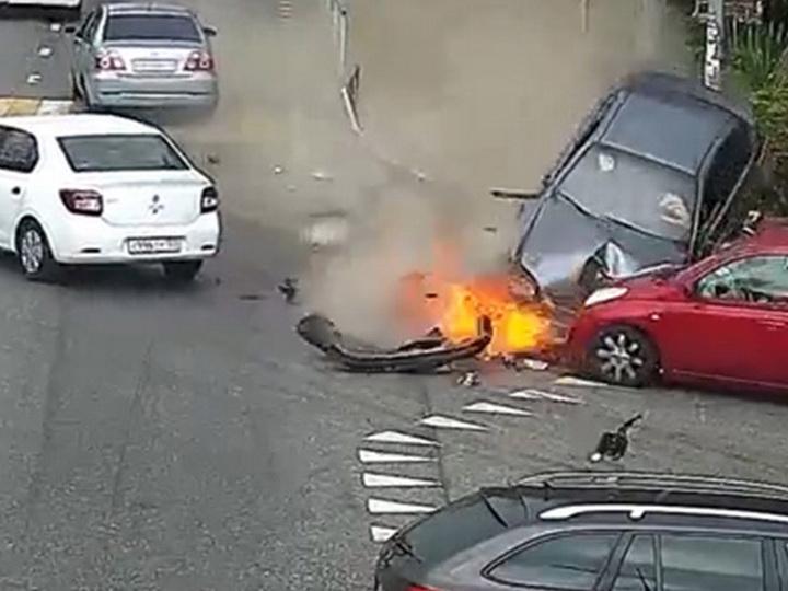 Страшная авария в Сочи:водитель врезался в толпу на тротуаре – ФОТО
