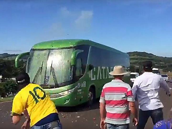 СМИ: Автобус сборной Бразилии забросали яйцами после возвращения с ЧМ-2018 - ВИДЕО