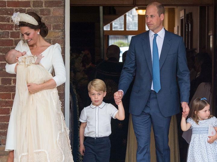 Принц Уильям и Кейт Миддлтон крестили сына Луи - ФОТО