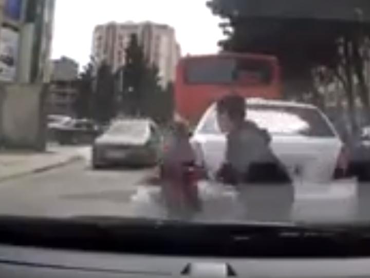 В Баку автомобиль сбил двух детей, внезапно выбежавших на дорогу