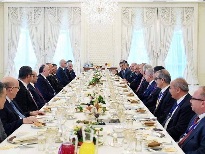 Состоялась встреча президентов Азербайджана и Турции в расширенном составе в рамках рабочего обеда