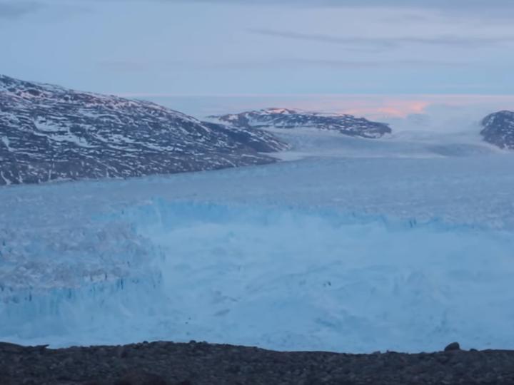 От Гренландии откололся 6,5-километровый айсберг – ВИДЕО