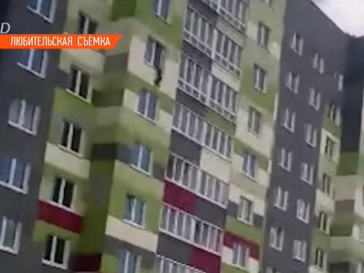 «Мамочка, прости меня»: пятилетний мальчик выпал из окна - ВИДЕО