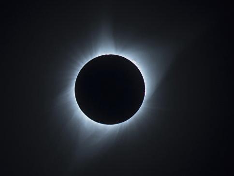Ученые сообщили о солнечном затмении с суперлуной в пятницу 13-го