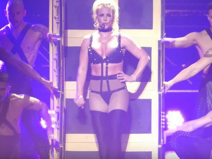 Бритни Спирс оголила грудь во время концерта – ФОТО