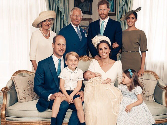 Не вся семья в сборе: Официальные портреты Кейт Миддлтон и принца Уильяма с крещения Луи – ФОТО
