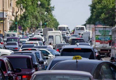 В Баку возникли пробки на двух оживленных дорогах