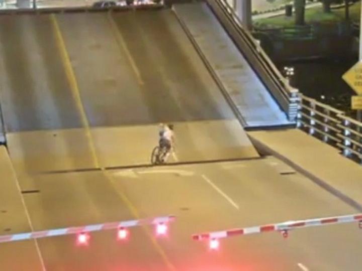 Американская велосипедистка провалилась в разводной мост - ВИДЕО