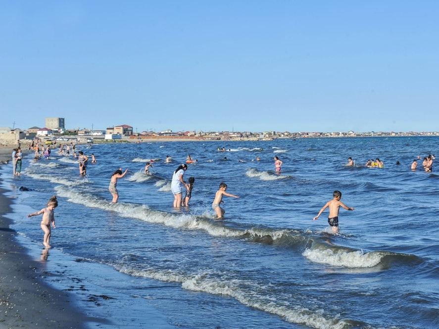 Перекрытый доступ к морю: на Абшероне начинается снос незаконных построек на пляжах