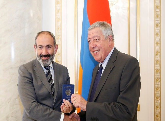 Paşinyan Roşbulana Ermənistan vətəndaşlığı verib
