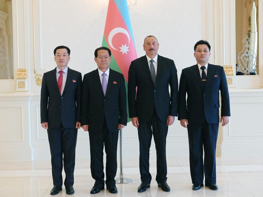 Президент Ильхам Алиев принял верительные грамоты новоназначенного посла КНДР в Азербайджане