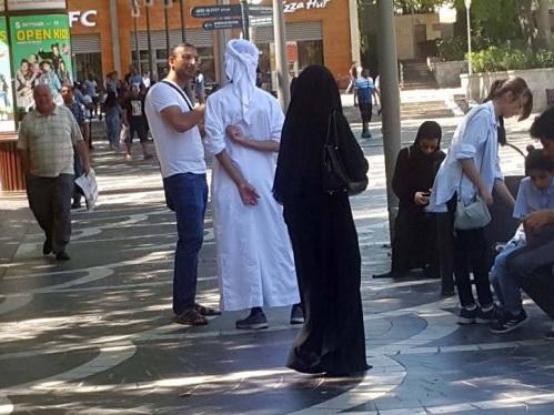 В Баку появились «фейковые» арабы на машинах, попрошайничающие у супермаркетов