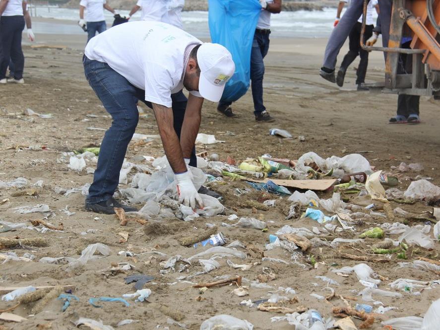 Прошла очередная акция по очистке пляжа в Бузовна по случаю Дня Каспия