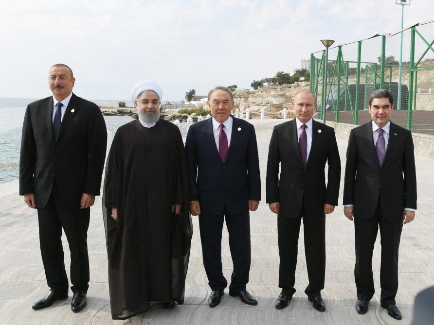 Главы государств в Актау приняли участие в церемонии выпуска молоди осетра в Каспийское море - ФОТО