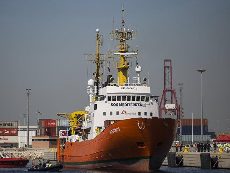 Франция примет 60 мигрантов с судна Aquarius