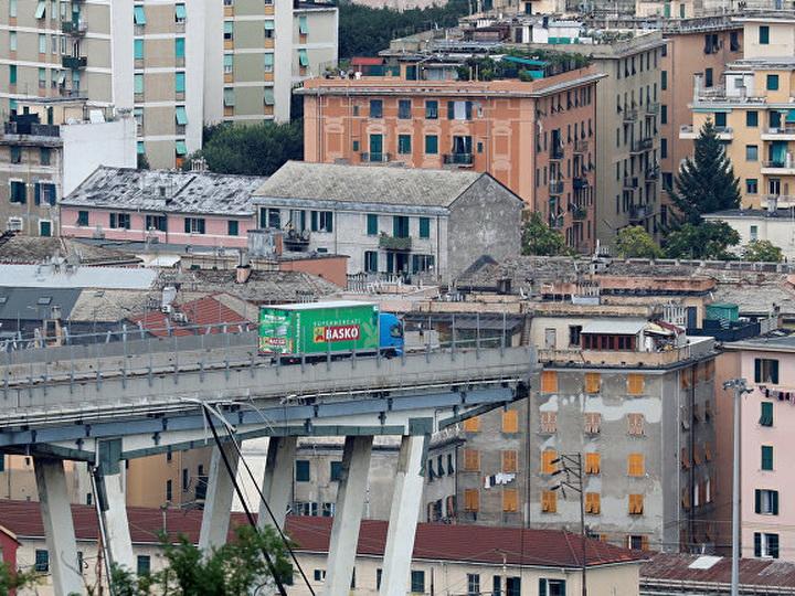 Фото грузовика на краю обвалившегося моста в Италии стало символом трагедии - ФОТО