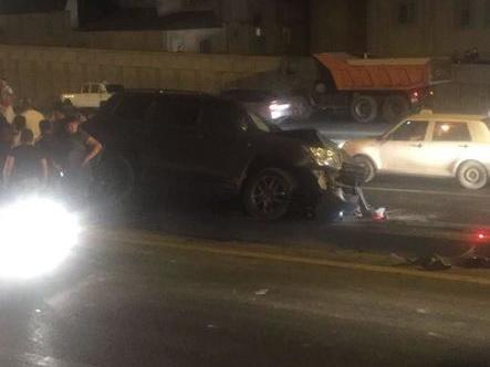 В Баку водитель внедорожника совершил тяжелое ДТП и спровоцировал большую пробку – ФОТО