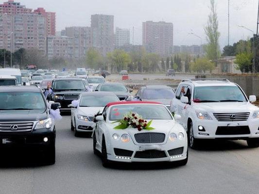 Свадебный кортеж «черепашьей скоростью» парализовал движение на одной из оживленных дорог Баку – ВИДЕО