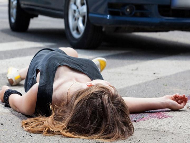 В Азербайджане женщина покончила с собой, выбросившись из автомобиля на полной скорости