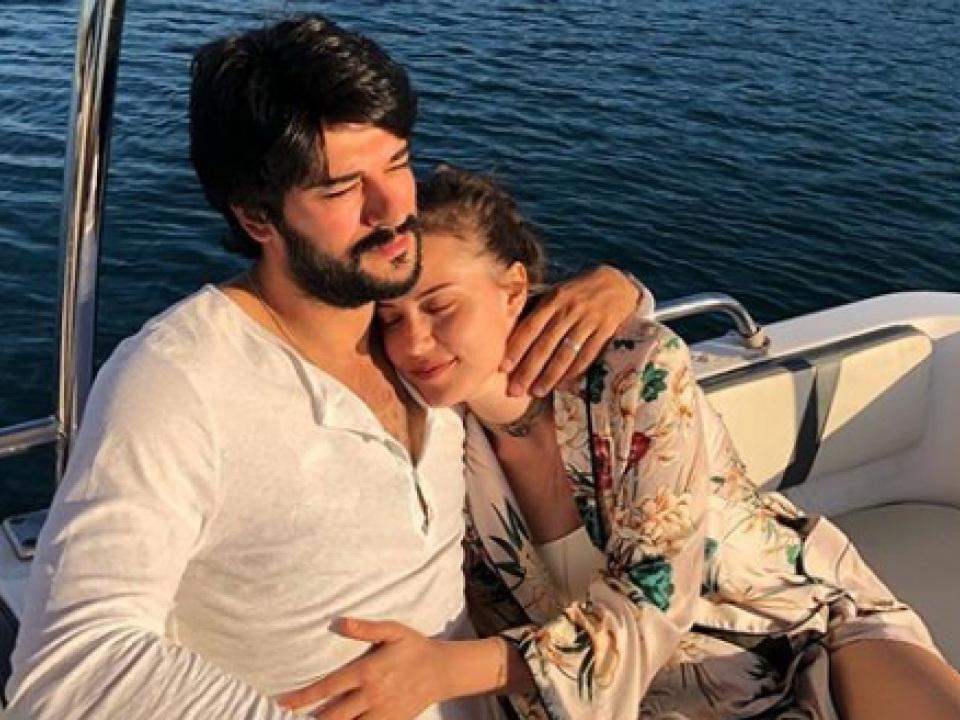 Романтические греческие каникулы Бурака Озчивита и Фахрии Эвджен - ФОТО