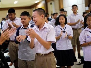Таиландским школьникам запретили секс, поцелуи и объятия