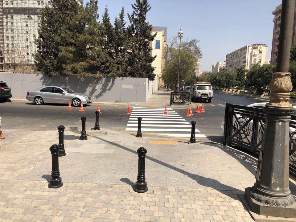 Зачем в Баку ограждают столбиками пандусы на тротуарах? – КОММЕНТАРИЙ – ФОТО