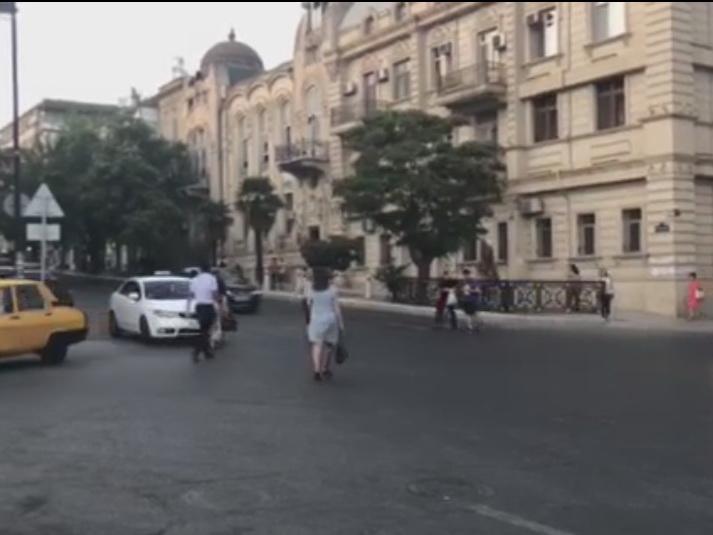 На одной из оживленных улиц Баку хотят установить новые светофор и «зебру» – ВИДЕО