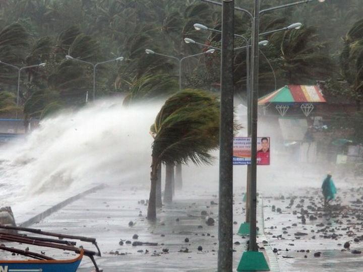 На Филиппинах тайфун «Мангхут» вышел на побережье