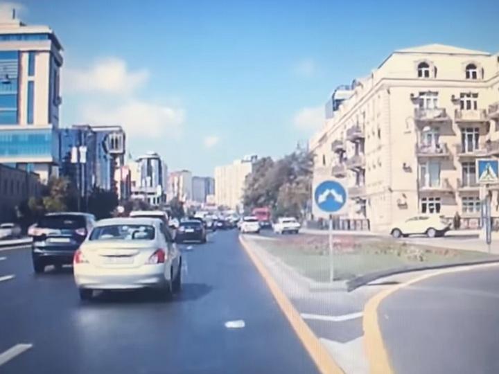 Удивительное решение водителя привело к ДТП в центре Баку - ВИДЕО